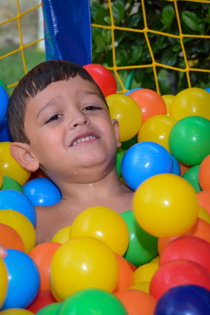 o irmão do aniversariante brinca na piscina de bolinha no Condomínio Morumbi, São Paulo festa Leonardo 1 aninho, tema Mickey