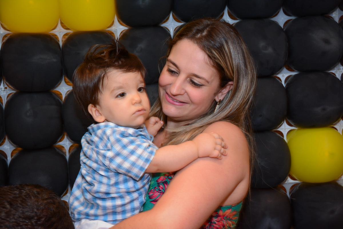 o aniversariante no colinho da mamãe no Condomínio Morumbi, São Paulo festa Leonardo 1 aninho, tema Mickey