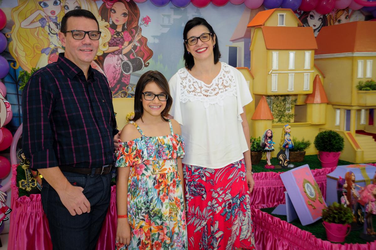 foto da família no Buffet Max Mania, Panambi, Sp, tema da festa Monster High