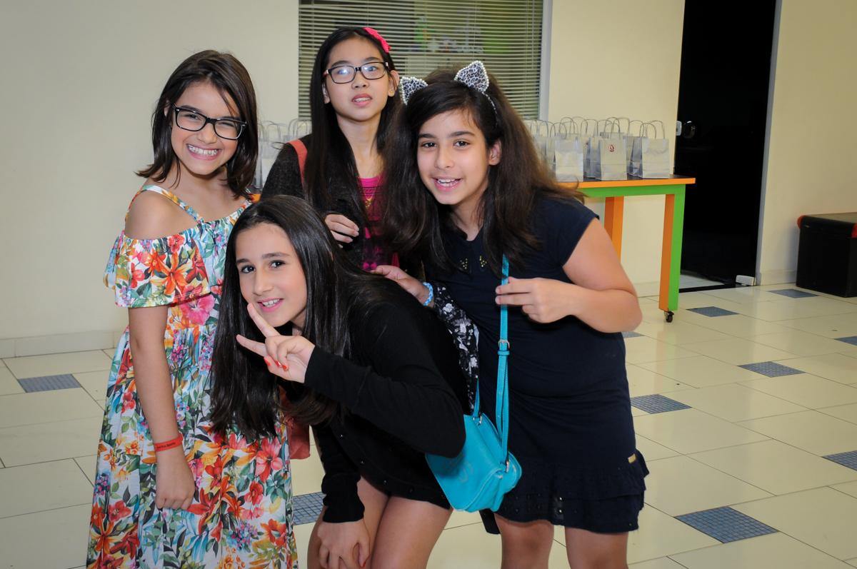 amigas unidas para a foto no Buffet Max Mania, Panambi, Sp, tema da festa Monster High