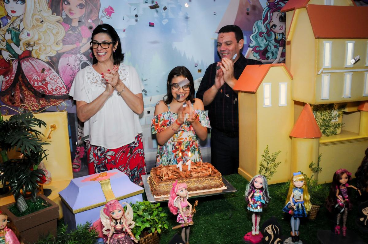 hora do parabéns no Buffet Max Mania, Panambi, Sp, tema da festa Monster High