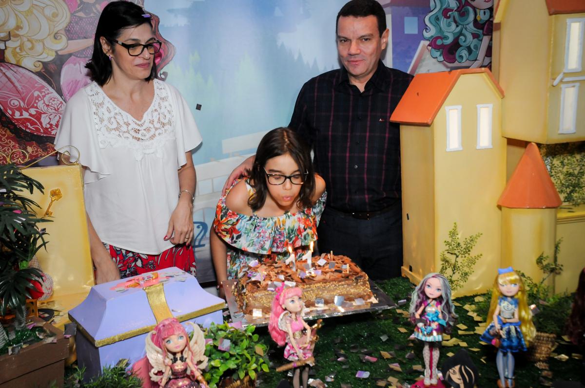 soprando velinha do bolo no Buffet Max Mania, Panambi, Sp, tema da festa Monster High