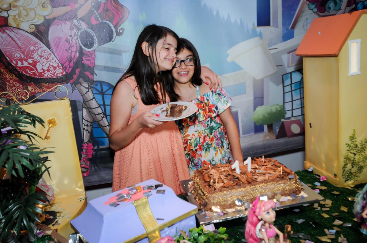 A prima ganha o primeiro pedaço de bolo no Buffet Max Mania, Panambi, Sp, tema da festa Monster High