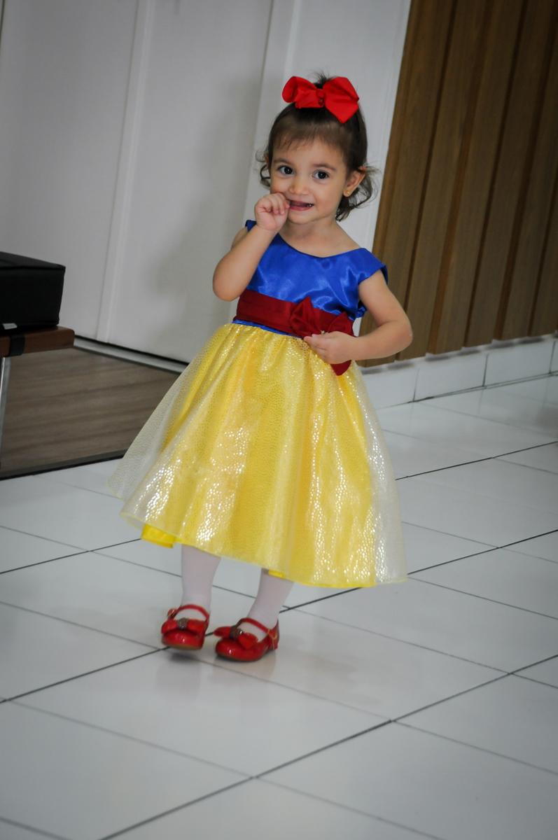 aniversariante entrando na aniversário infantil, nathália 2 anos,tema da mesa branca de neve, buffet magic joy, moema, sp