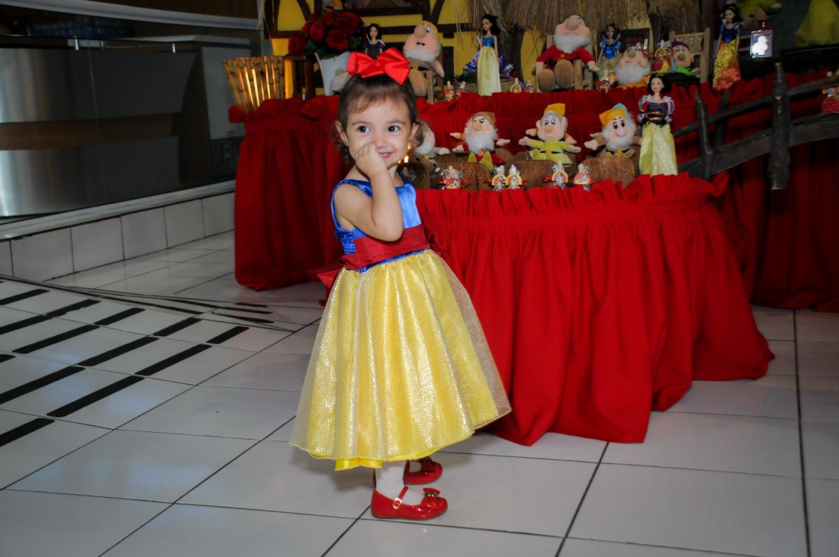 foto da aniversariante em frente a mesa decorada na aniversário infantil, nathália 2 anos,tema da mesa branca de neve, buffet magic joy, moema, sp
