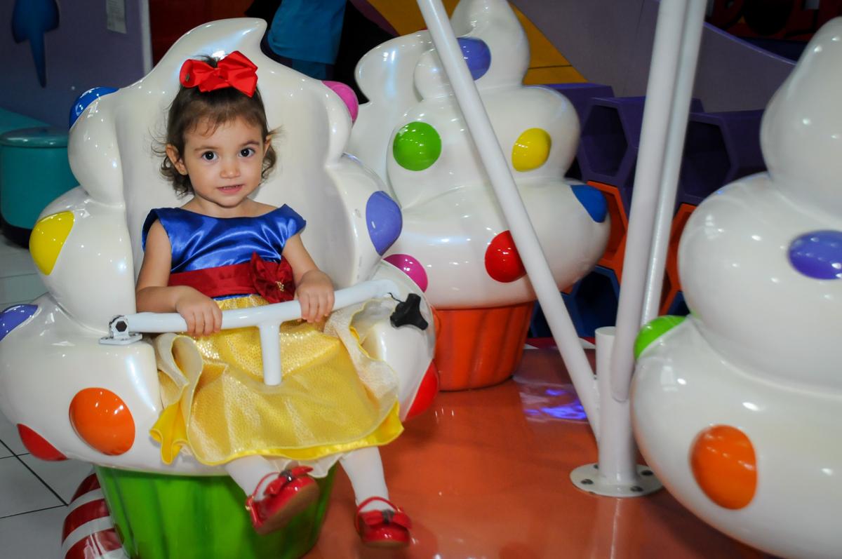 aniversariante brincando no carrossel na aniversário infantil, nathália 2 anos,tema da mesa branca de neve, buffet magic joy, moema, sp
