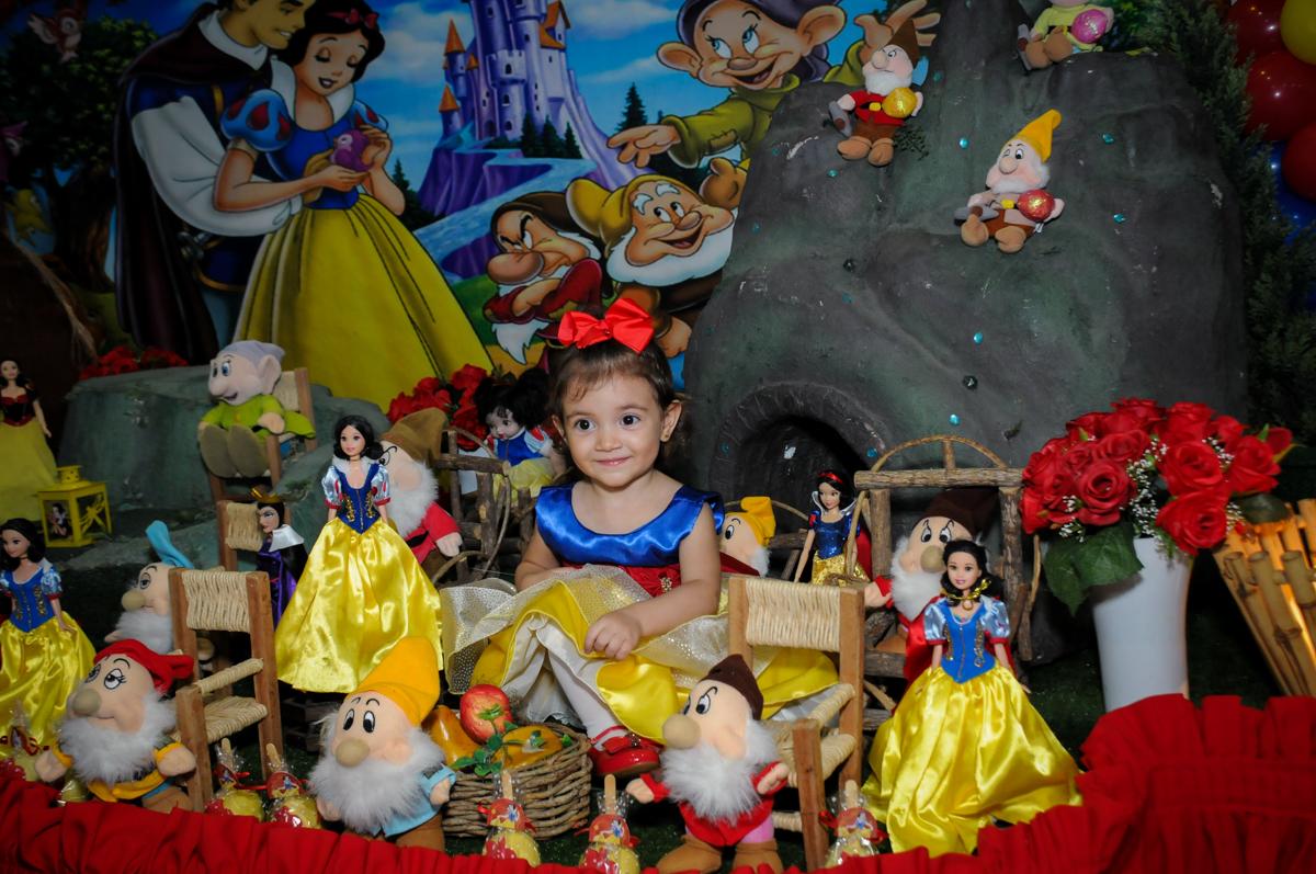 fotografia na mesa decorada na aniversário infantil, nathália 2 anos,tema da mesa branca de neve, buffet magic joy, moema, sp