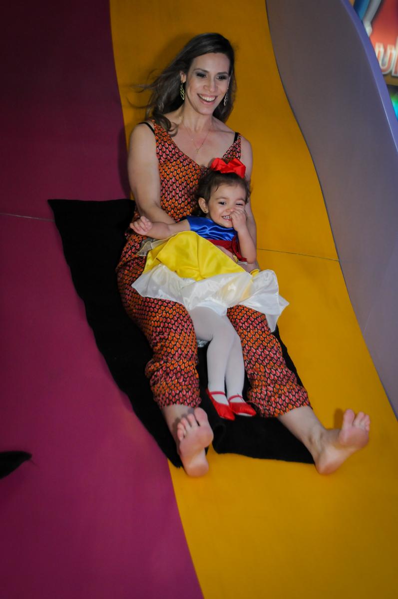 vez da mamãe ir no escorregador na aniversário infantil, nathália 2 anos,tema da mesa branca de neve, buffet magic joy, moema, sp