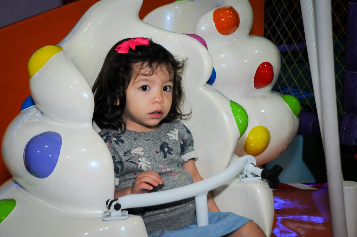 amiguinha no carrossel na aniversário infantil, nathália 2 anos,tema da mesa branca de neve, buffet magic joy, moema, sp