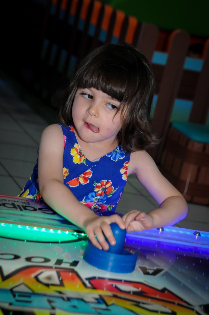 quem vai ganhar o jogo de futebol de mesa na aniversário infantil, nathália 2 anos,tema da mesa branca de neve, buffet magic joy, moema, sp