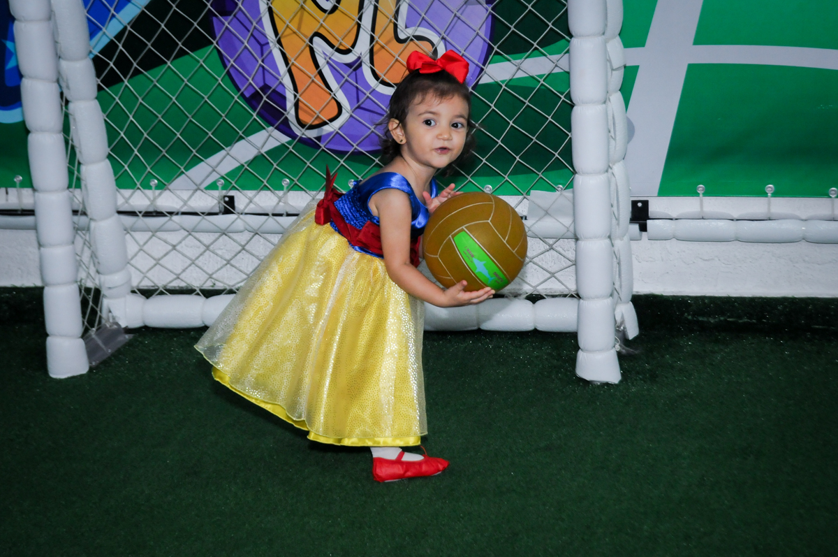 jogo de futebol na aniversário infantil, nathália 2 anos,tema da mesa branca de neve, buffet magic joy, moema, sp