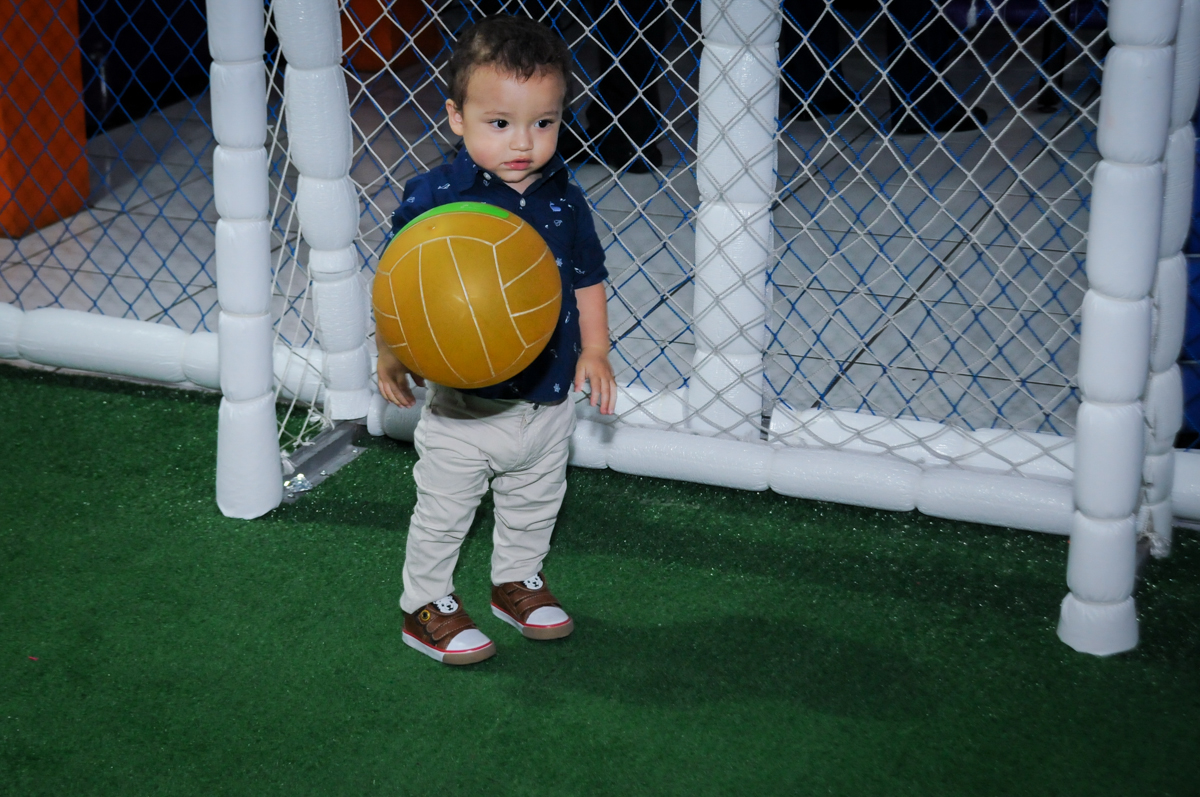 o goleiro no jogo de futebol na aniversário infantil, nathália 2 anos,tema da mesa branca de neve, buffet magic joy, moema, sp