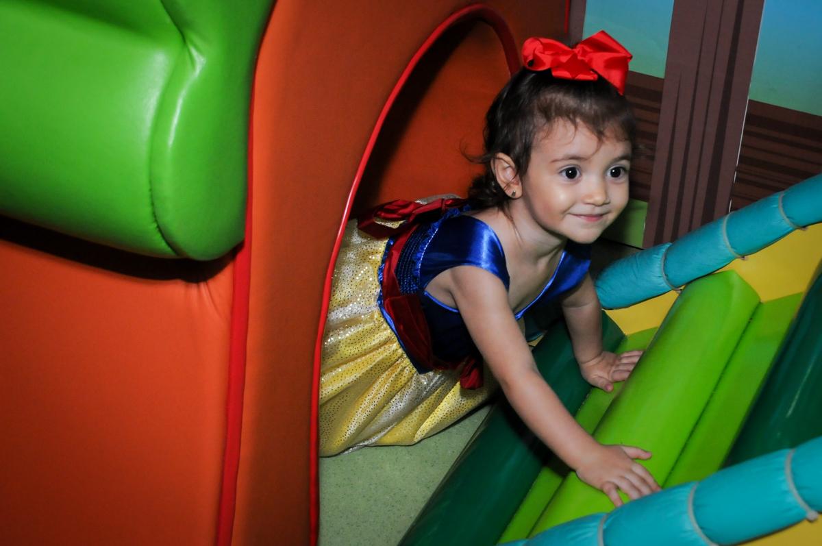 hora de brincar na área baby na aniversário infantil, nathália 2 anos,tema da mesa branca de neve, buffet magic joy, moema, sp