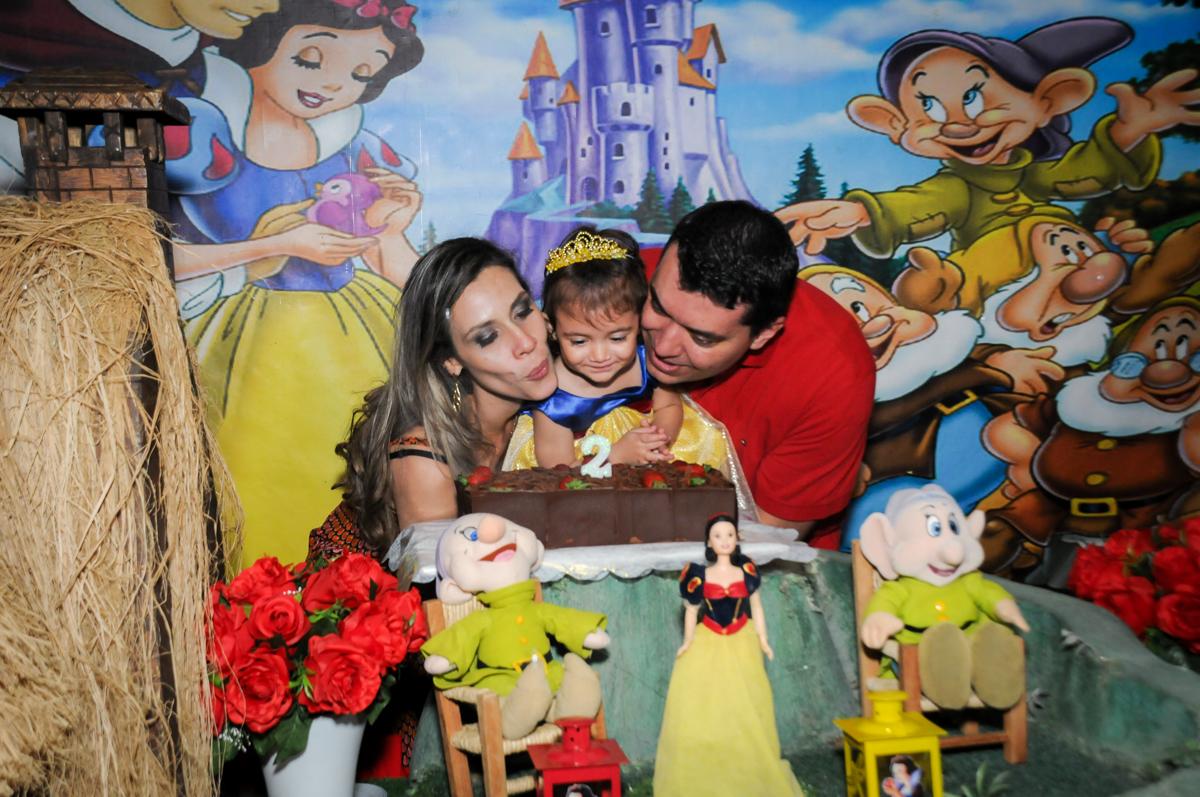 hora de soprar a velinha do bolo na aniversário infantil, nathália 2 anos,tema da mesa branca de neve, buffet magic joy, moema, sp