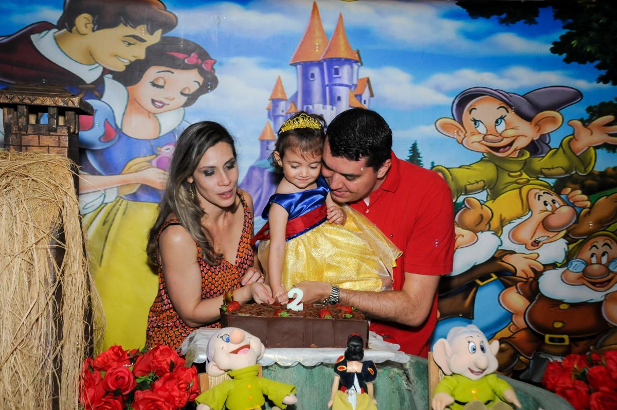 cortando o primeiro pedaço de bolo na aniversário infantil, nathália 2 anos,tema da mesa branca de neve, buffet magic joy, moema, sp