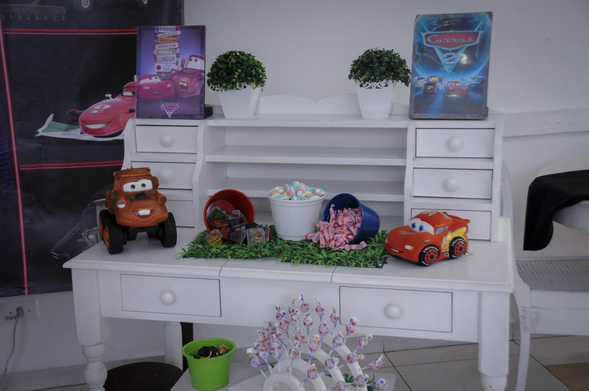 detalhes da mesa decorada no  buffet feliz da vida, festa infantil Théo 3 aninhos, tema da festa carros