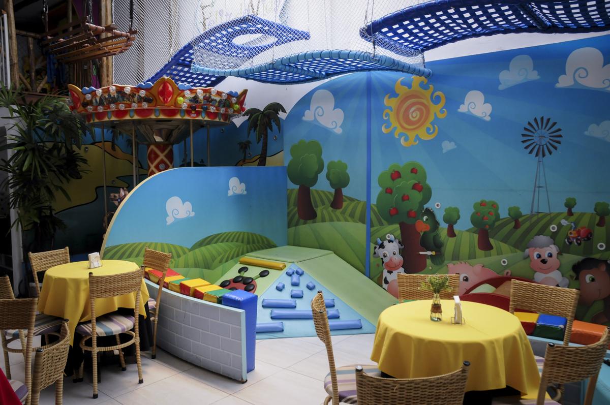 brinquedos no  buffet feliz da vida, festa infantil Théo 3 aninhos, tema da festa carros