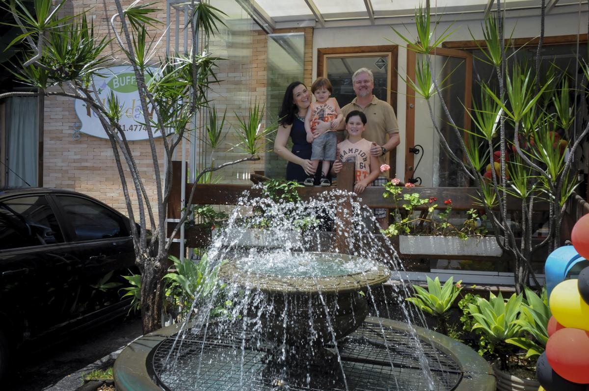 foto da família no  buffet feliz da vida, festa infantil Théo 3 aninhos, tema da festa carros