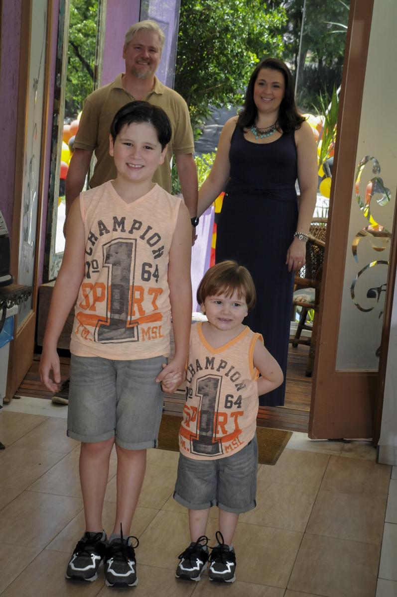 entrada da família no  buffet feliz da vida, festa infantil Théo 3 aninhos, tema da festa carros