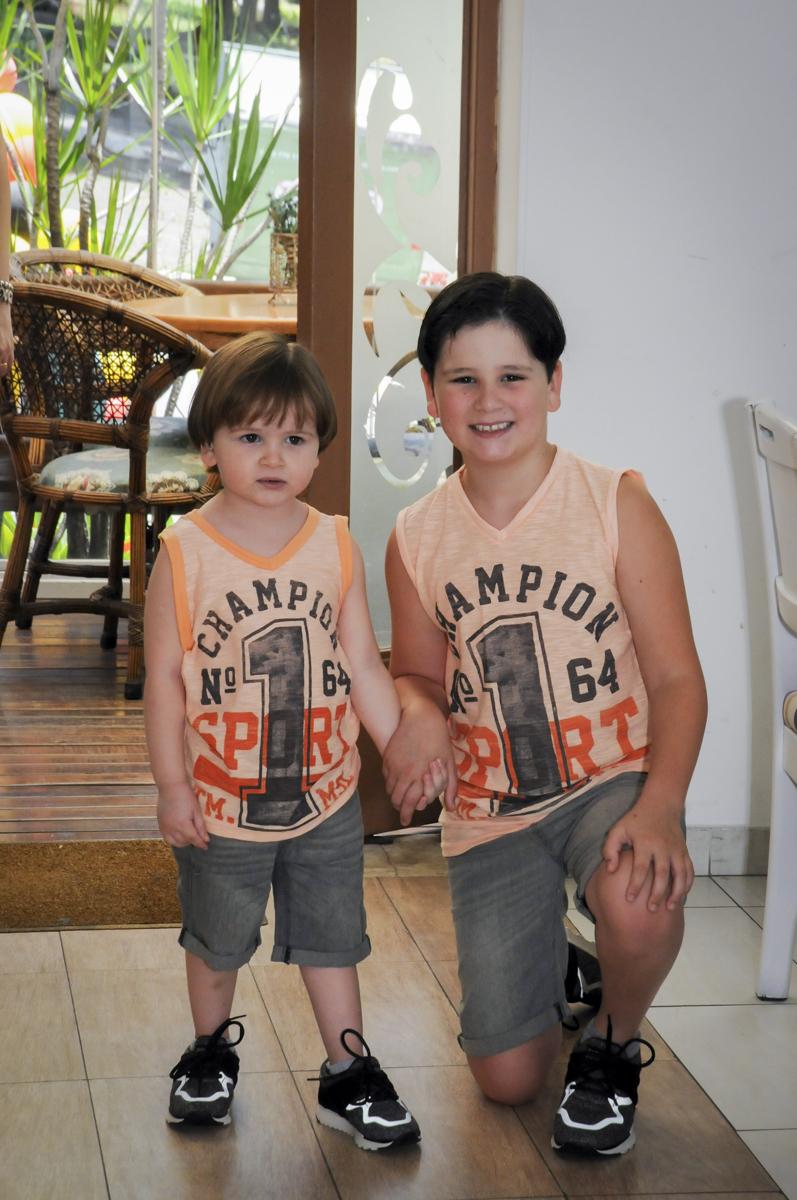 irmãos sendo fotografado no  buffet feliz da vida, festa infantil Théo 3 aninhos, tema da festa carros