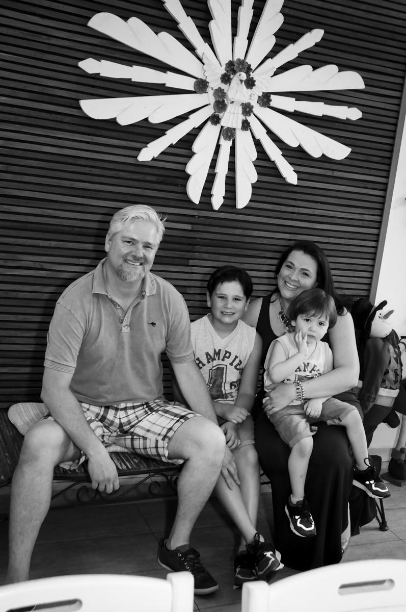 a família aguardando o inicio da fesra no  buffet feliz da vida, festa infantil Théo 3 aninhos, tema da festa carros