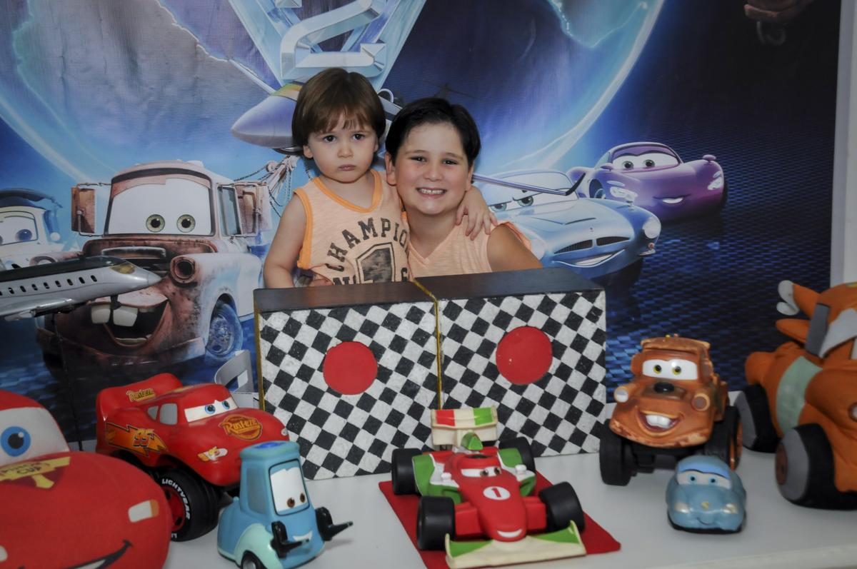 irmãos unidos para curtir a festa no  buffet feliz da vida, festa infantil Théo 3 aninhos, tema da festa carros