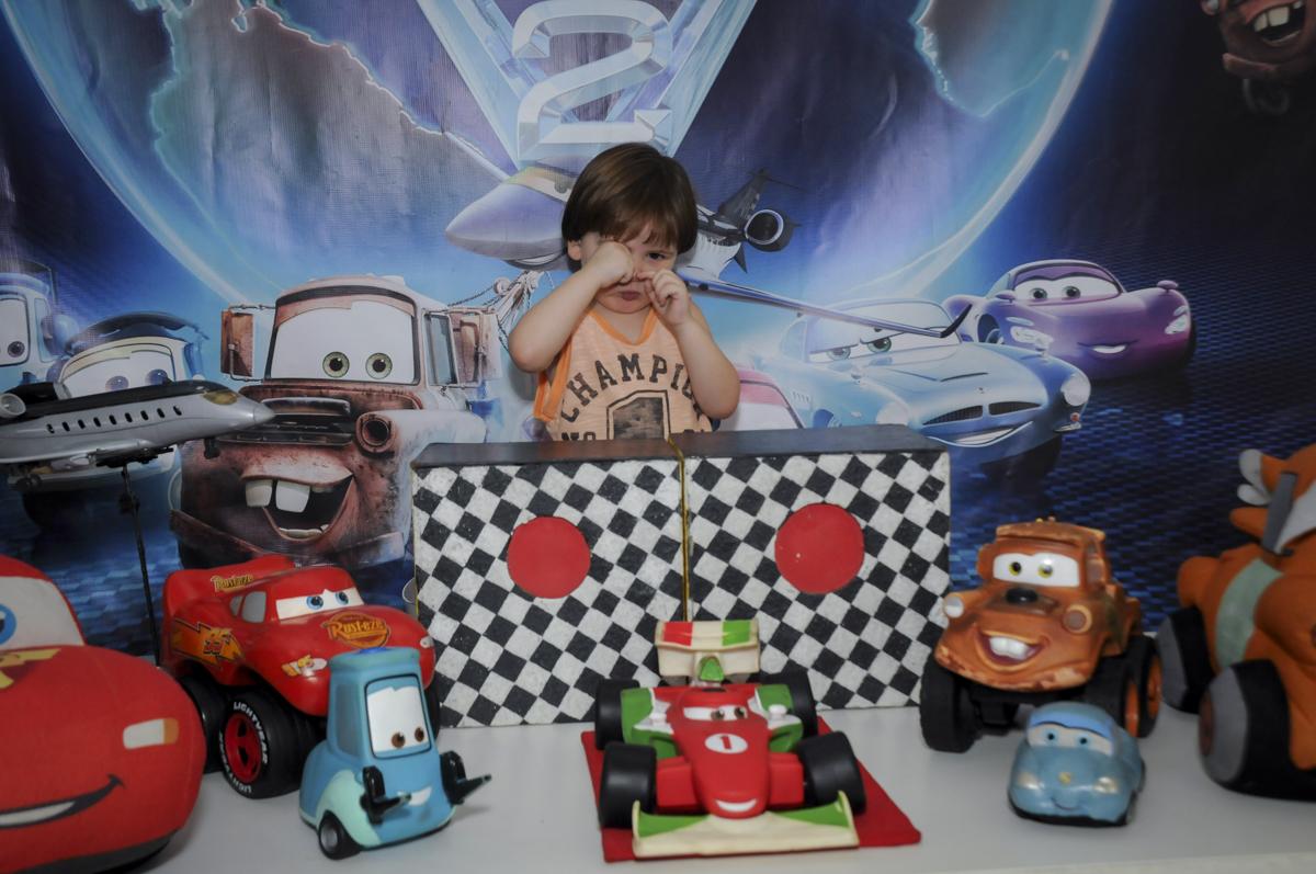 pose para foto do aniversariante no  buffet feliz da vida, festa infantil Théo 3 aninhos, tema da festa carros
