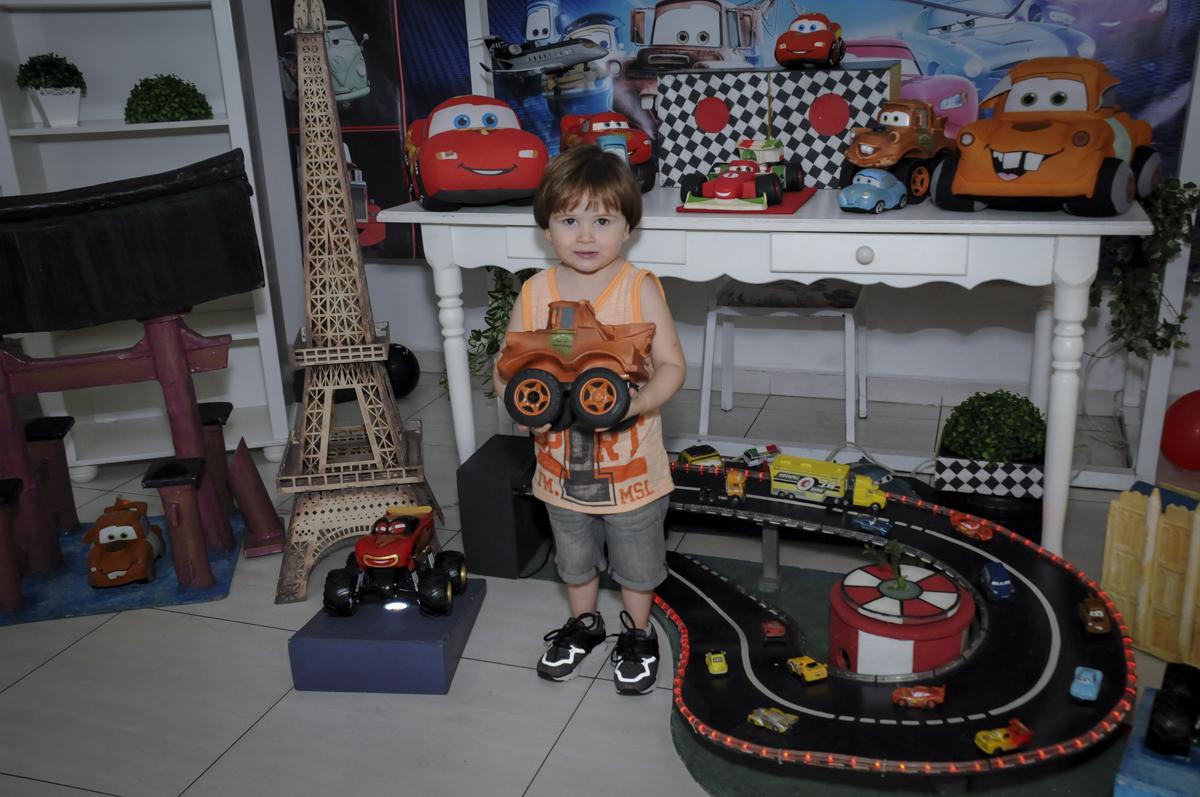 aniversariante brinca com os carros no  buffet feliz da vida, festa infantil Théo 3 aninhos, tema da festa carros
