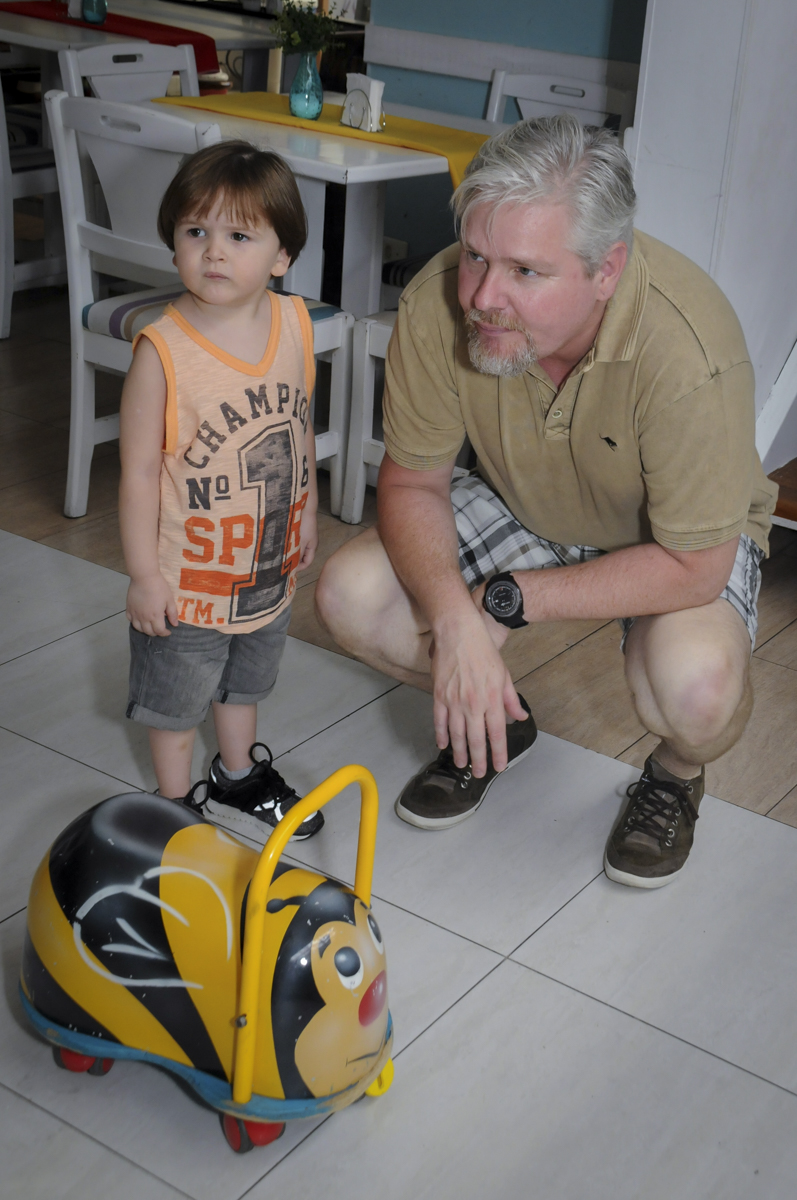 o aniversariante e seu pai observa o irmão brincar no  buffet feliz da vida, festa infantil Théo 3 aninhos, tema da festa carros
