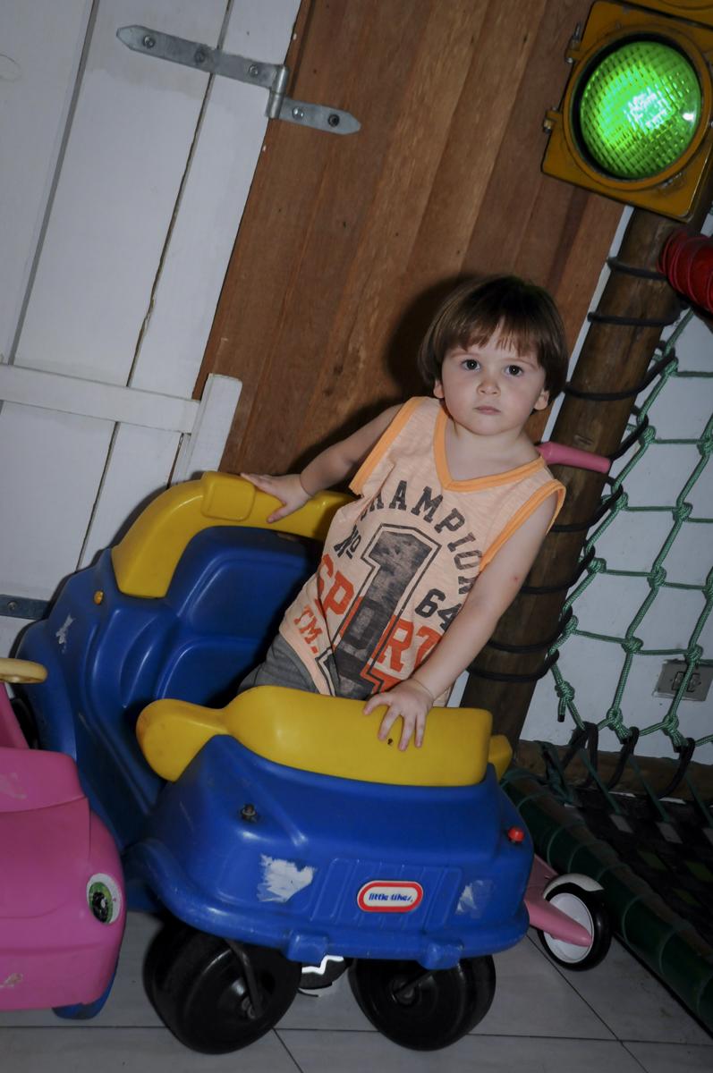 hora de brincar de frentista no posto de gasolina no  buffet feliz da vida, festa infantil Théo 3 aninhos, tema da festa carros
