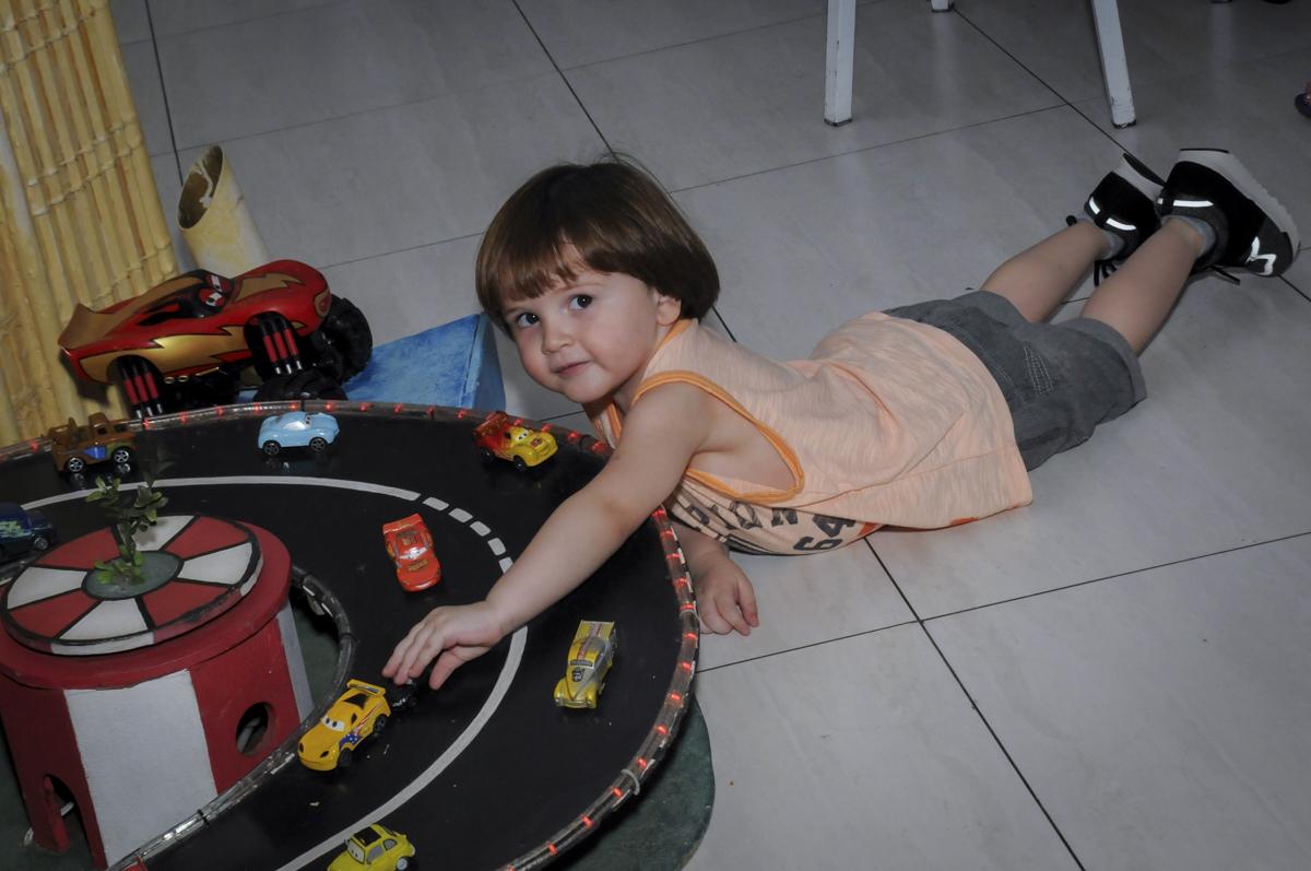 aniversariante brinca na pista de corrida com oa carrinhos no  buffet feliz da vida, festa infantil Théo 3 aninhos, tema da festa carros
