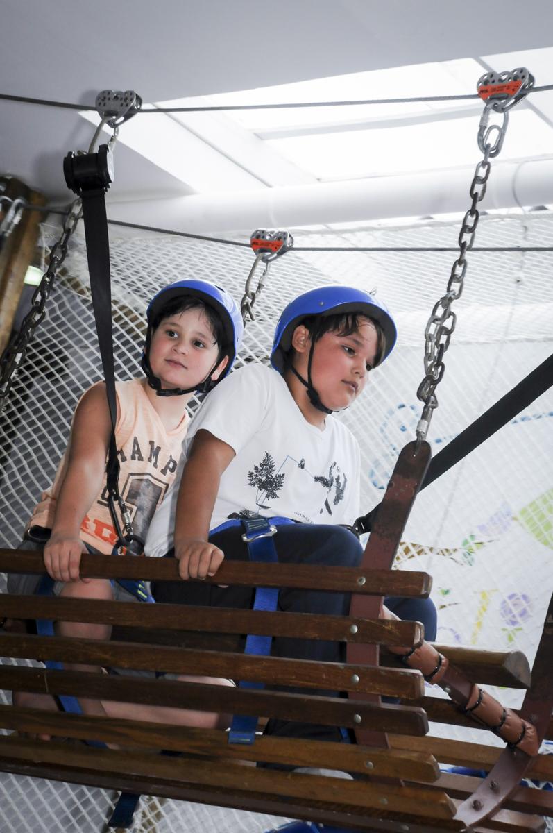 a brincadeira na tirolesa é animada no  buffet feliz da vida, festa infantil Théo 3 aninhos, tema da festa carros