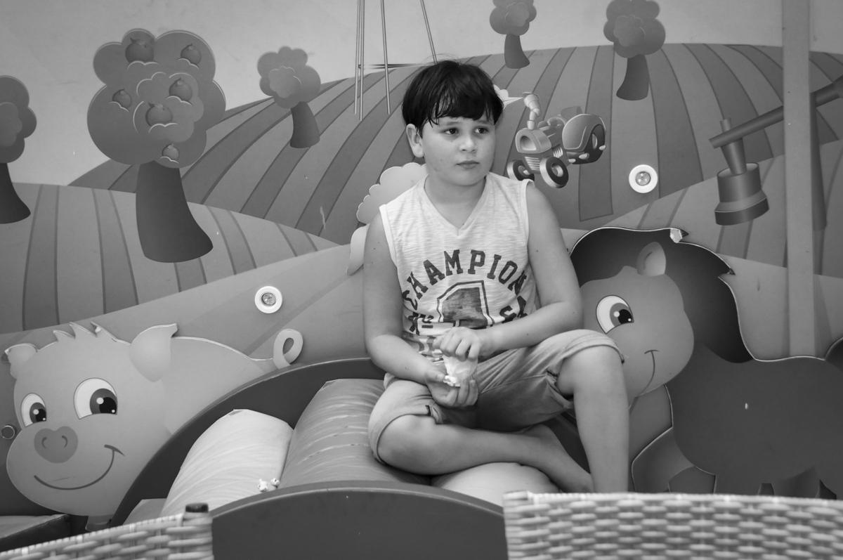 o irmão do aniversariante também gosta de brincar na área baby no  buffet feliz da vida, festa infantil Théo 3 aninhos, tema da festa carros