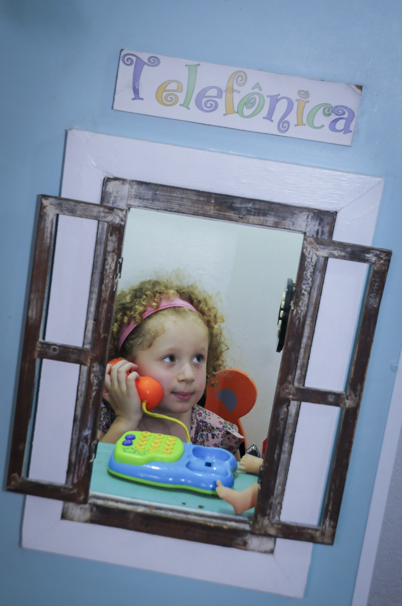 telefonista atende a mais uma chamada no  buffet feliz da vida, festa infantil Théo 3 aninhos, tema da festa carros