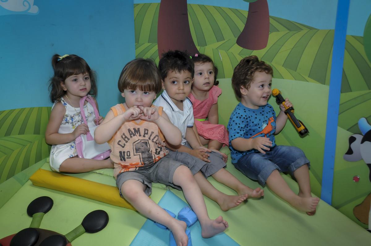 foto da turminha bagunçando na área baby no  buffet feliz da vida, festa infantil Théo 3 aninhos, tema da festa carros