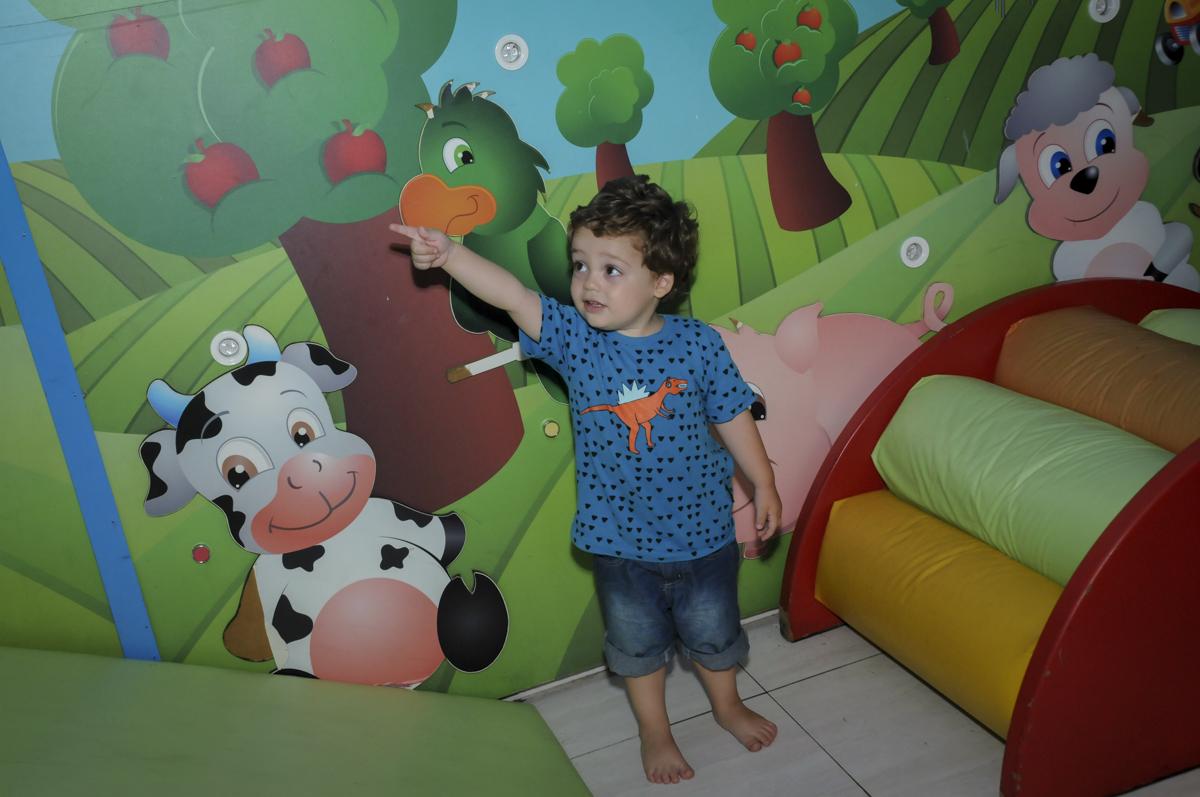 amiguinho brinca na área baby no  buffet feliz da vida, festa infantil Théo 3 aninhos, tema da festa carros