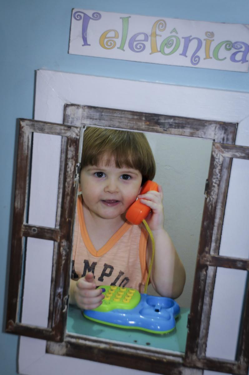 vez do aniversariante brincar falando ao telefone no  buffet feliz da vida, festa infantil Théo 3 aninhos, tema da festa carros