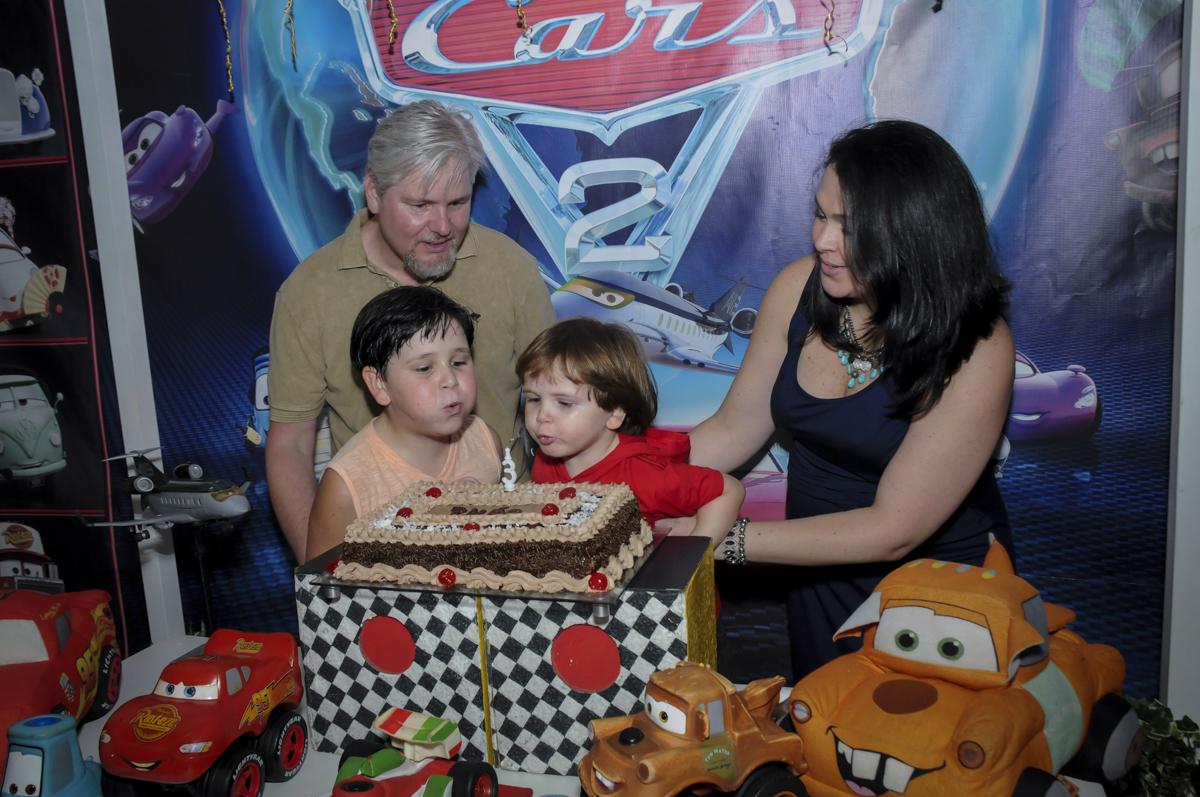 soprando a velinha do bolo no  buffet feliz da vida, festa infantil Théo 3 aninhos, tema da festa carros