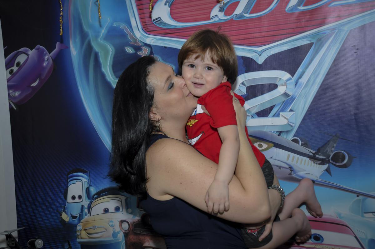 abraço gostoso da mamãe no aniversariante no  buffet feliz da vida, festa infantil Théo 3 aninhos, tema da festa carros