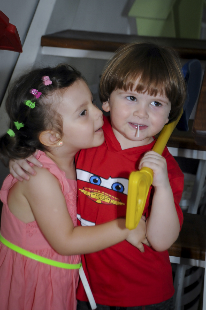 aniversariante ganha beijinho   da amiguinha no  buffet feliz da vida, festa infantil Théo 3 aninhos, tema da festa carros