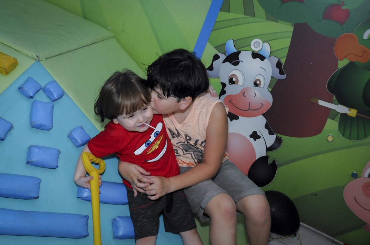 final de festa com beijinho no  buffet feliz da vida, festa infantil Théo 3 aninhos, tema da festa carros