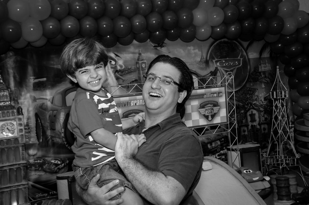 alegria do aniversariante em sua festa no Buffet Fábrica da Alegria, Morumbi, SP. festa infantil, Samuel 4 anos, tema Carros
