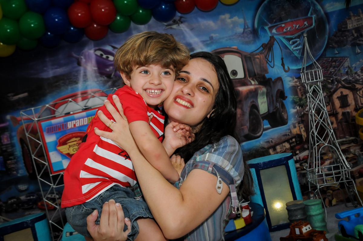 foto do aniversariante na mesa decorada no Buffet Fábrica da Alegria, Morumbi, SP. festa infantil, Samuel 4 anos, tema Carros