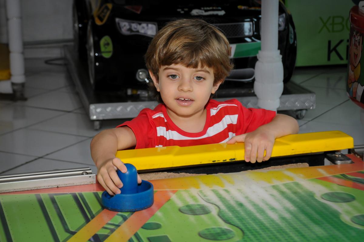 aniversariante jogando no futebol de mesa no Buffet Fábrica da Alegria, Morumbi, SP. festa infantil, Samuel 4 anos, tema Carros