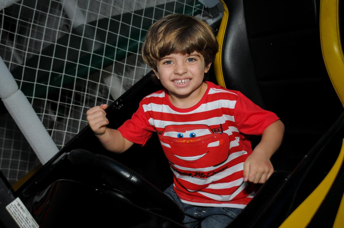 alegria do aniversariante no carrinho no Buffet Fábrica da Alegria, Morumbi, SP. festa infantil, Samuel 4 anos, tema Carros