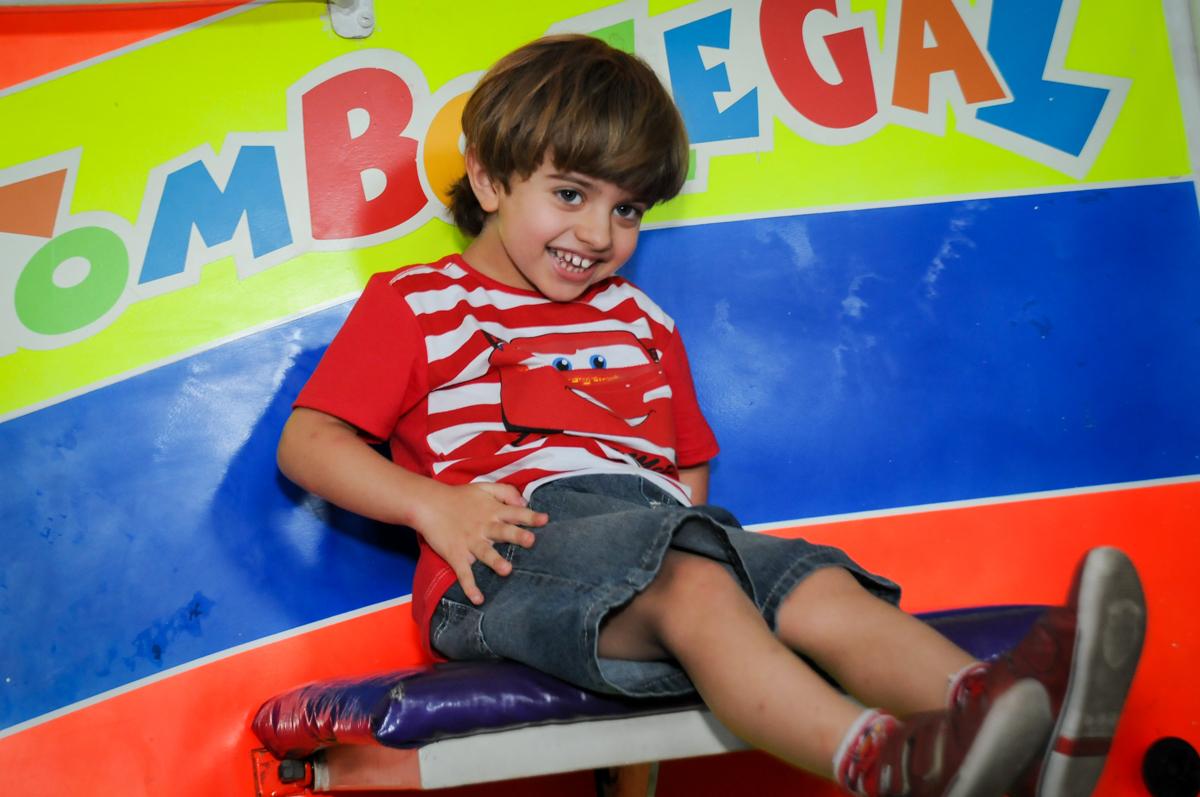 caindo no tombo legal no Buffet Fábrica da Alegria, Morumbi, SP. festa infantil, Samuel 4 anos, tema Carros