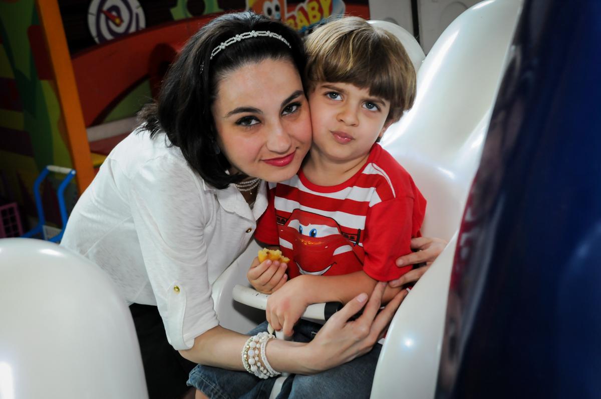 amiga chegou! hora da foto no Buffet Fábrica da Alegria, Morumbi, SP. festa infantil, Samuel 4 anos, tema Carros