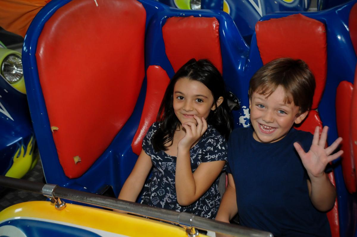 mais curtição no brinquedo jornada nas estrelas no Buffet Fábrica da Alegria, Morumbi, SP. festa infantil, Samuel 4 anos, tema Carros