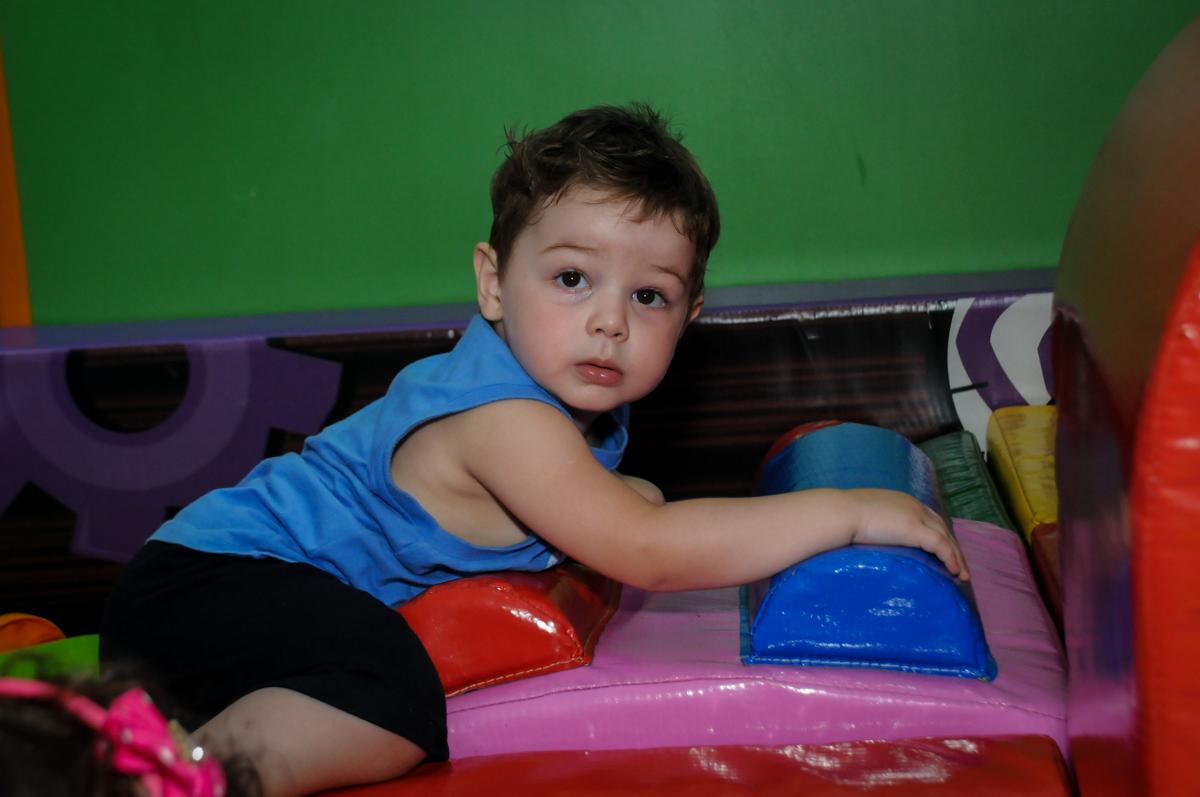 amiguinho brincando na área baby no Buffet Fábrica da Alegria, Morumbi, SP. festa infantil, Samuel 4 anos, tema Carros