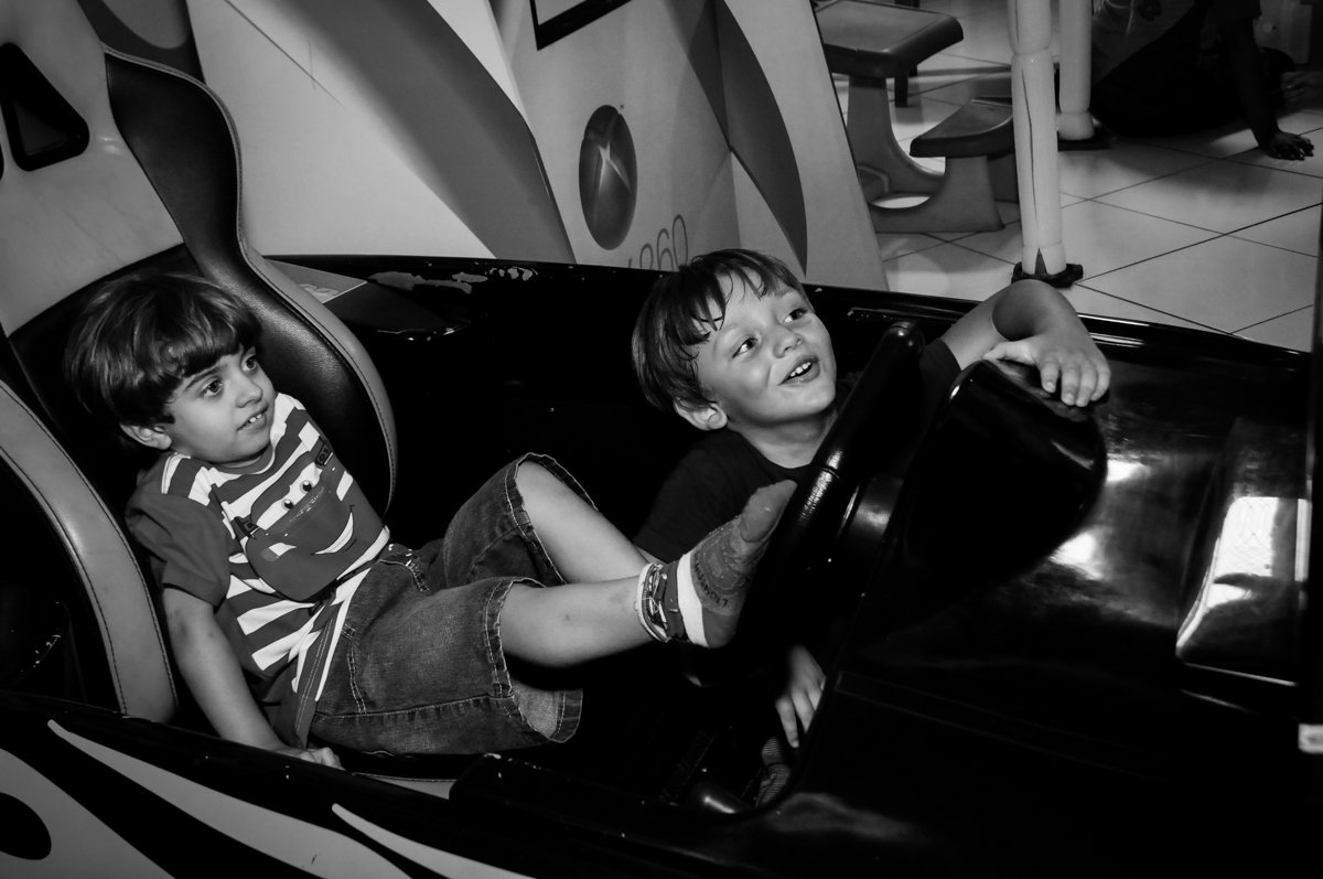 no carrinho a criançada brincam no Buffet Fábrica da Alegria, Morumbi, SP. festa infantil, Samuel 4 anos, tema Carros